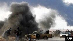 Các chiến binh đối lập không được vũ trang đầy đủ, thiếu tổ chức, không đủ khả năng ngăn chặn bước tiến của quân đội trung thành với Gaddafi