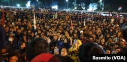 Ribuan mahasiswa berunjuk rasa menolak RKUHP dan pelemahan KPK di depan Gedung DPR, Kamis, 19 September 2019. (Foto: VOA / Sasmito)