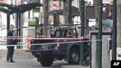 La policía dijo que el vehículo del atacante contenía varios cilindros de gas de barbacoa en la parte posterior. Un escuadrón de bombas los puso a salvo sin ninguna explosión.