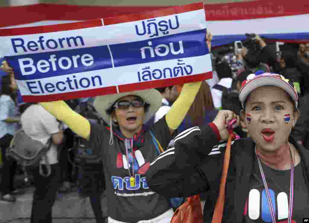 Anti-government protesters chant slogans during a rally in an attempt to disrupt the election registration at a sports gymnasium in Bangkok, Dec. 25, 2013.
