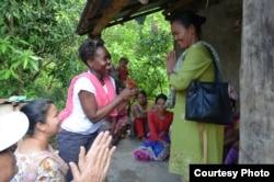 Bà Judithe Registre (trái) tới thăm một cộng đồng ở Nepal