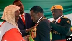 UMnangagwa ugcotshwa ukuba ngumongameli nguChief Justice Luke Malaba.