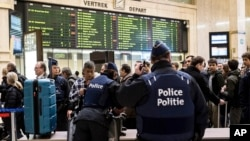 23일 벨기에 브뤼셀 중앙역에서 경찰이 승객들의 가방 검사를 하고 있다.