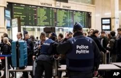 Cảnh sát khám xét túi của hành khách tại nhà ga chính ở Brussels, ngày 23/3/2016.