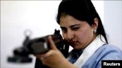 ایک خاتون جدید اسلحہ سے نشانہ لیتے ہوئے