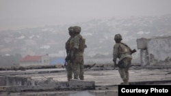 Tentara Somalia setelah merebut kembali gedung parlemen Somalia dari kelompok militan al-Shabab, Mei 2014.