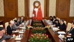 尼泊爾外長賈瓦利(左四)18號在釣魚台與中國外長王毅會談