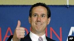共和党总统参选人前宾夕法尼亚州联邦参议员桑托勒姆星期二在阿拉巴马竞选中竖起大拇指