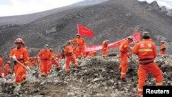 Nhân viên cứu hộ tìm kiếm người sống sót sau một vụ đất lở ở Trung Quốc.