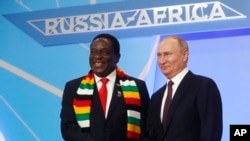 為期兩天的俄羅斯-非洲峰會星期四在索契落下帷幕。圖為普京(右)10月23日在索契峰會上