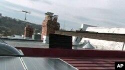 Tấm thu năng lượng mặt trời trên nóc một căn nhà
