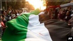 아랍연맹 건물 앞에서 시리아 국기를 흔드는 반정부 시위대