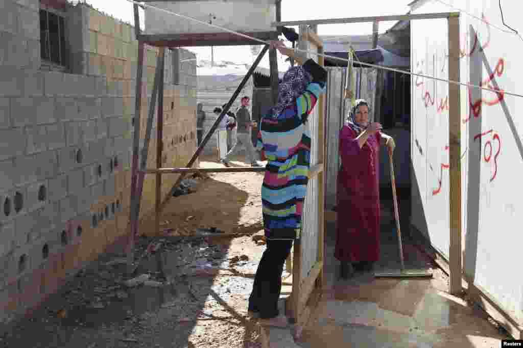 شام میں 2011ء میں شروع ہونے والی لڑائی کے باعث 20 لاکھ افراد ملک چھوڑنے پر مجبور ہوئے۔
