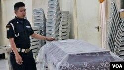 Petugas menunjukkan peti jenazah Ben Anderson di ruang tengah tempat persemayaman jenazah Adi Jasa, Jalan Demak, Surabaya hari Minggu 13 Desember 2015 (VOA/Petrus).