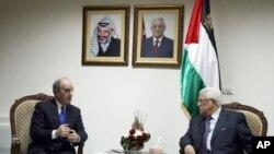 Jakadan Amurka Tattaunawar Zaman Lafiyar Gabas ta Tsakiya George Mitchell ( a dama) da Shugaban Falasdinwa Mahmoud Abbas birnin Ramallah na Yamma da Kogin Jordan a ran 14 Dis. 2010