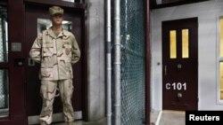 Seorang tentara AS menjaga kamp tahanan di Guantanamo (foto: dok). AS memulai sidang pra-peradilan tersangka teroris 9/11 di Guantanamo.