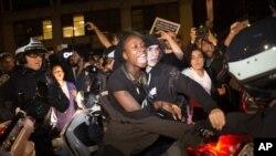 مظاهره کنندگان در نزدیک تایمز سکویر شهر نیویارک