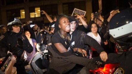 美国弗格森大陪审团的裁决宣布之后,纽约市发生抗议示威。图为抗议人群与警察在时报广场附近发生摩擦。
