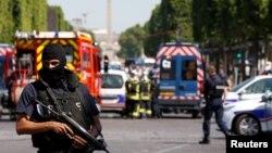 ماموران پلیس فرانسه در اطراف محل وقوع حادثه در خیابان شانزه لیزه در شهر پاریس مستقر شدند - ۲۹ خرداد ۱۳۹۶