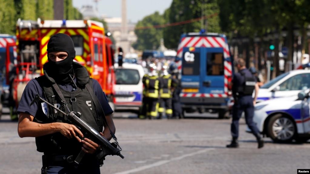Paris, makina me eksploziv përplaset me mjetin e policisë