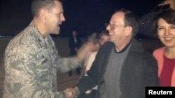 22일 미국 오하이오주 라이트-패터슨 공군기지에 도착한 제프리 파울(가운데) 씨가 존 데빌리 대령(왼쪽)의 환영을 받고 있다. 오른쪽은 부인 타티아나 파울 씨.
