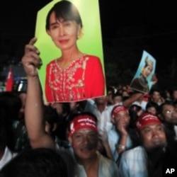 昂山素季的支持者们2012年4月在仰光庆祝她领导的缅甸全国民主联盟在补选中获胜