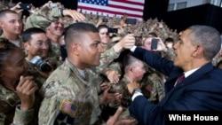 Presiden Barack Obama menyalami para tentara AS di Fort Bliss, El Paso, Texas (31/8).