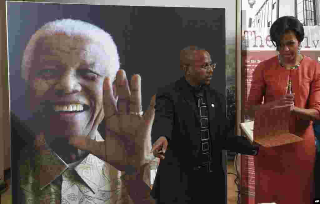 Michelle Obama com Sello Hatang da Fundação Nelson Mandela durante a sua visita aquela instituição