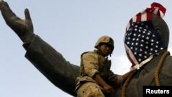 ამერიკელმა საზღვაო ქვეითმა სადამ ჰუსეინის ძეგლს ბაღდადში სახეზე ამერიკის დროშა ააფარა