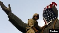 Bağdat'a Amerikan birlikleri girdiği 9 Nisan 2003 günü, dev Saddam Hüseyin heykeline tırmanan bir Amerikan askeri, heykelin yüzünü Amerikan bayrağıyla örtmüştü