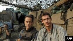 Nhà văn Sebastian Junger (trái) và nhiếp ảnh gia Tim Hetherington (phải) tại tiền đồn Restrepo, Afghanistan