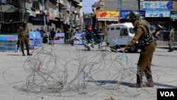 بھارتی کشمیر کے شورش زدہ جنوبی ضلع کُلگام میں سیکیورٹی فورسز اور عسکریت پسندوں کے درمیان جھڑپ ہوئی ہے۔ (فائل فوٹو)