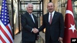 El secretario de Estado, Rex Tillerson, saluda a su homólogo turco, Mevlut Cavusoglu, en Estambul, el domingo 9 de julio.