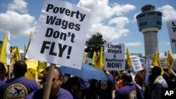 Los empleados del aeropuerto de LaGuardia también estuvieron en huelga, el pasado mes de junio, para exigir un aumento de sueldo.