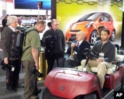 美国众议员约翰.丁格尔(驾驶员旁)参观车展