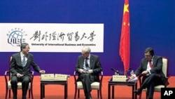 중국 베이징 시를 방문한 헤르만 반롬푀이 유럽연합 상임의장(가운데)과 저우샤오촨 중국 인민은행장 (왼쪽)