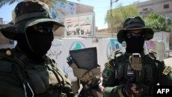 Milisi Syiah Irak Asaib Ahl al-Haq bersiap di Basra sebelum berangkat menuju Ramadi (18/5).