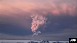 Núi lửa Grimsvotn, nằm bên dưới băng sơn lớn nhất của Iceland, tiếp tục phun lên trời những cột khói cao tới 9 kilomét