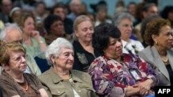 老人们在马里兰州某资深公民中心听奥巴马讲话
