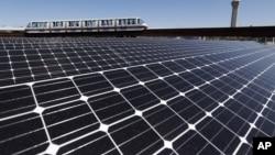 2014年4月24日,新澤西州紐瓦克自由國際機場的電動列車駛過新近安裝的樓頂太陽能電池板。(資料圖片)