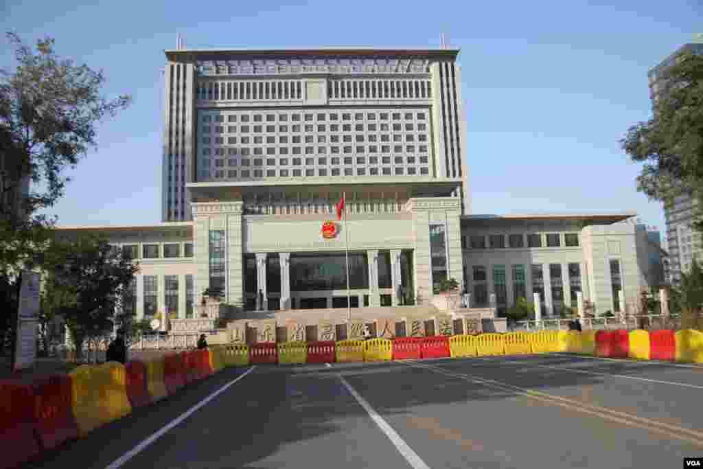 山东高级法院大楼及其门前的媒体拍摄区