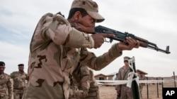 지난해 2월 이라크 안바르주 알아사드 공군기지에서 이라크 훈련병들이 미 해군들이 참관한 가운데 전투 훈련을 받고 있다. (자료사진)