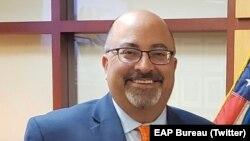 Phó Trợ lý Ngoại trưởng Thường trực phụ trách các vấn đề Đông Á và Thái Bình Dương, Đại sứ Atul Keshap.