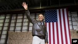 Barack Obama saluda a las tropas a su llegada a la Base Aérea Bagram, en Afganistán.
