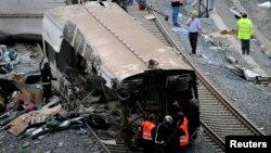 救援人員在西班牙火車事故現場檢查火車殘骸