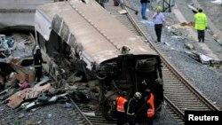 Nhân viên cứu hộ bên cạnh một toa xe lửa bị hư hại sau tai nạn gần Santiago de Compostela, miền Bắc Tây Ban Nha, ngày 25/7/2013.