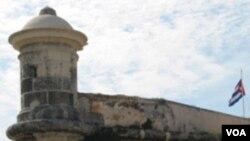 Grupos de derechos humanos calculan que Cuba tiene por lo menos 200 prisioneros políticos.