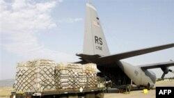 Разгрузка транспортного самолета ВВС США в аэропорту Тбилиси (архивное фото)