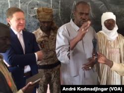 Édouard O'Dowyer, représentant intérimaire du HCR, le préfet du département d'Assounga, Ismael Gnamouta Djorbo, le sous-préfet de Hadjer Hadid Idriss Koni Chidi au lancement officiel du Bac des réfugiés soudanais à l'est du Tchad, le 17 juillet 2017. (VOA)