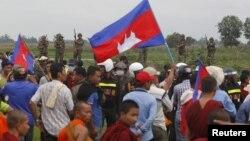 Binh sĩ Campuchia canh gác trong lúc các ủng hộ viên đảng Cứu nguy Dân tộc Campuchia (CNRP) đến sát biên giới Campuchia-Việt Nam.